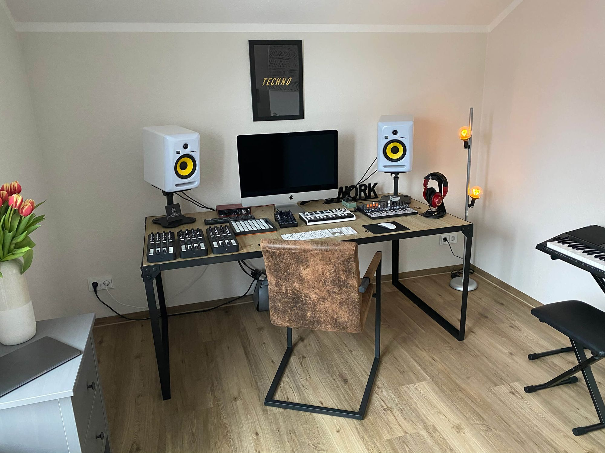 Having fallen in love with techno music while living in Frankfurt am Main, Nadine now owns her own home recording studio in Kiel