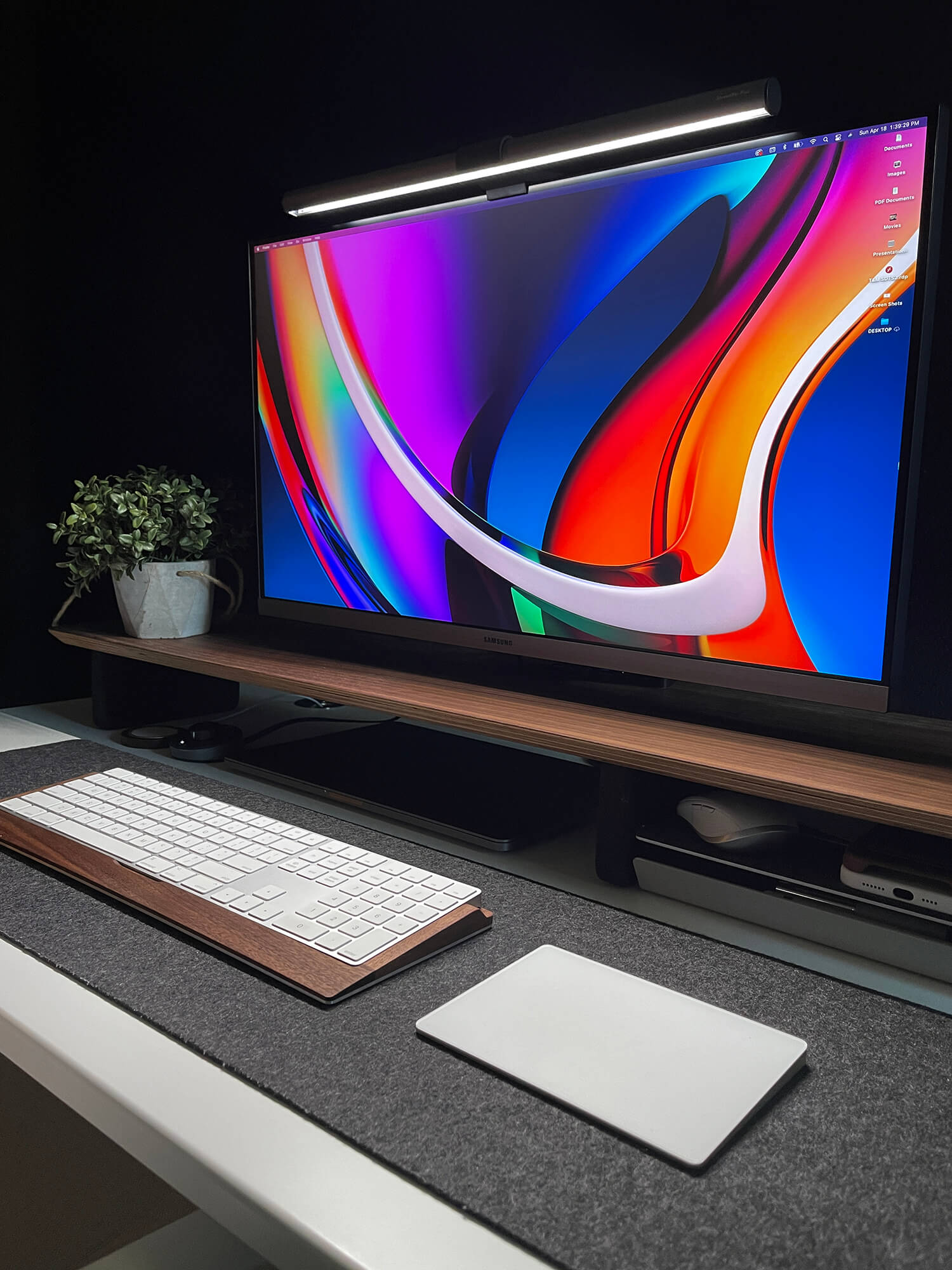 Lizz works from eight to ten hours a day, so good lighting is critical to her productivity. She can easily change the brightness and colour temperature at any time using the desktop dial.