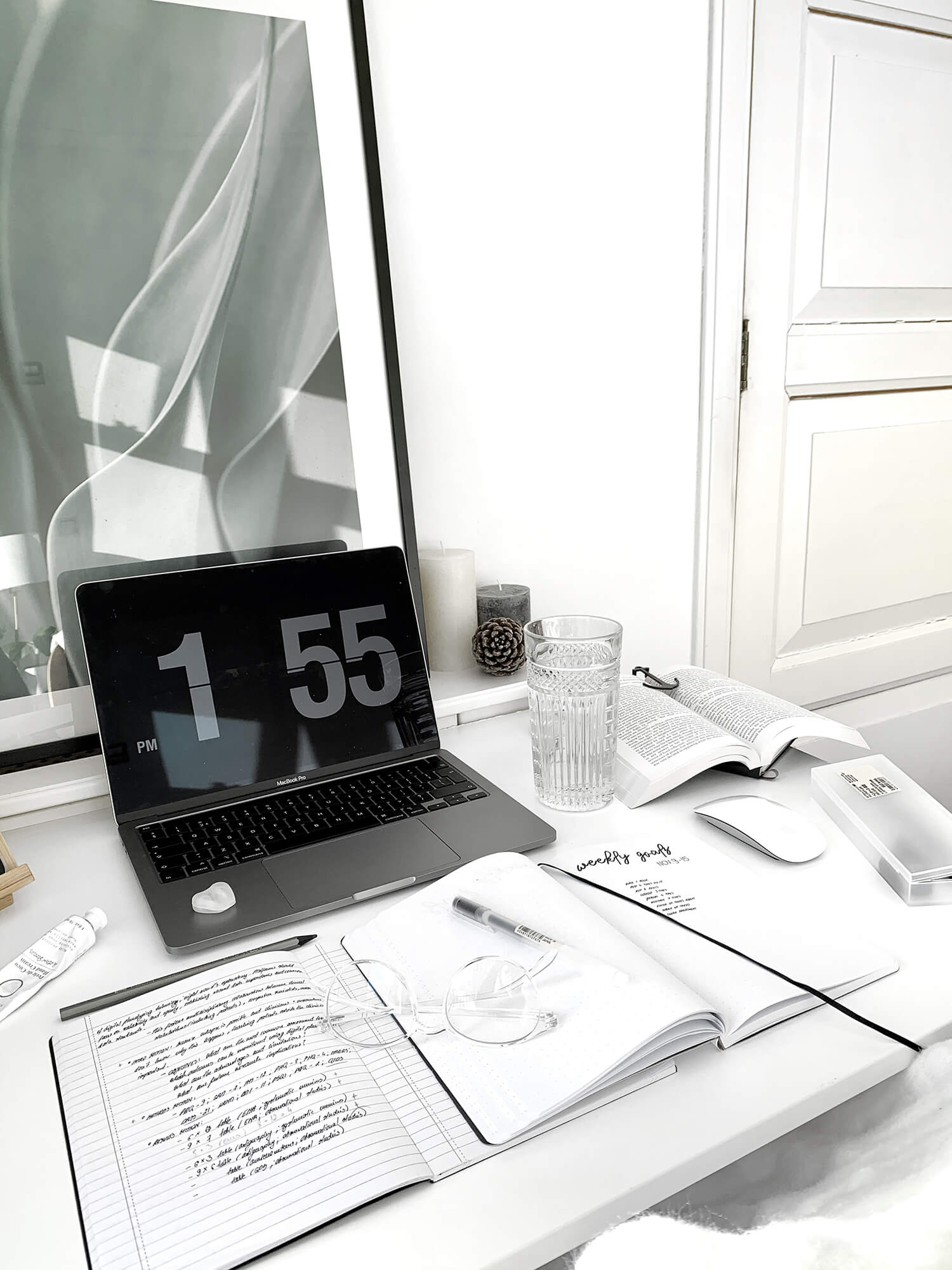 Eve is a minimalist at heart. Since her desk is just 70 cm wide (27,5″), she only keeps the essentials: her laptop, iPad, keyboard, mouse, and notebook
