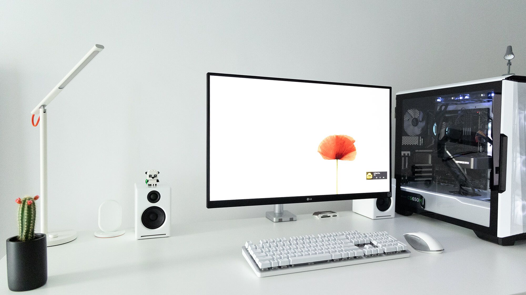 The first white item Bogdan purchased was Phanteks Eclipse P500A mid-tower case. He enjoyed it so much that he decided to create a fully white setup