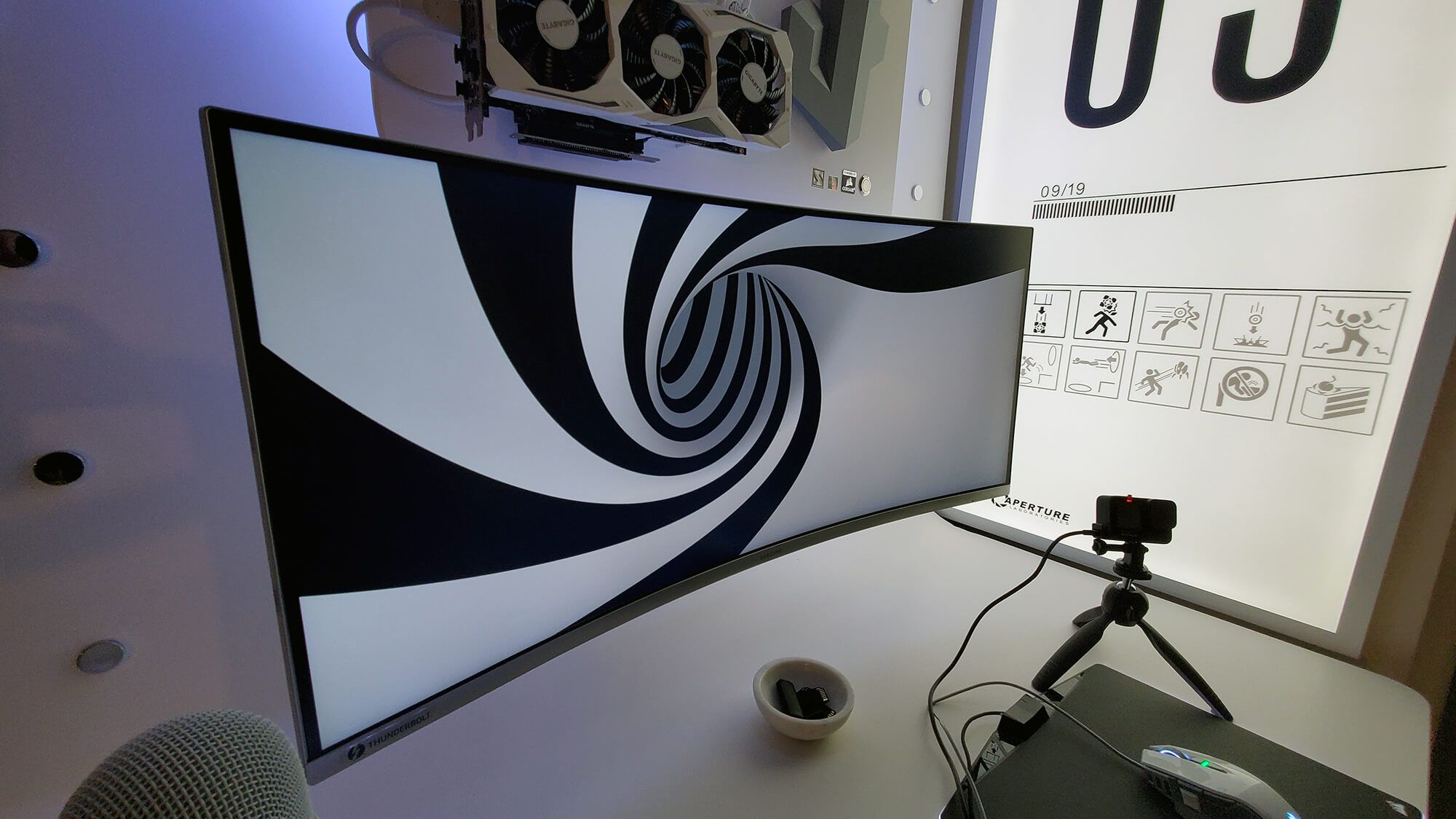 Wide and curved 34″ Samsung monitor (C34J79x) allows multi-tasking with a 21:9 aspect ratio